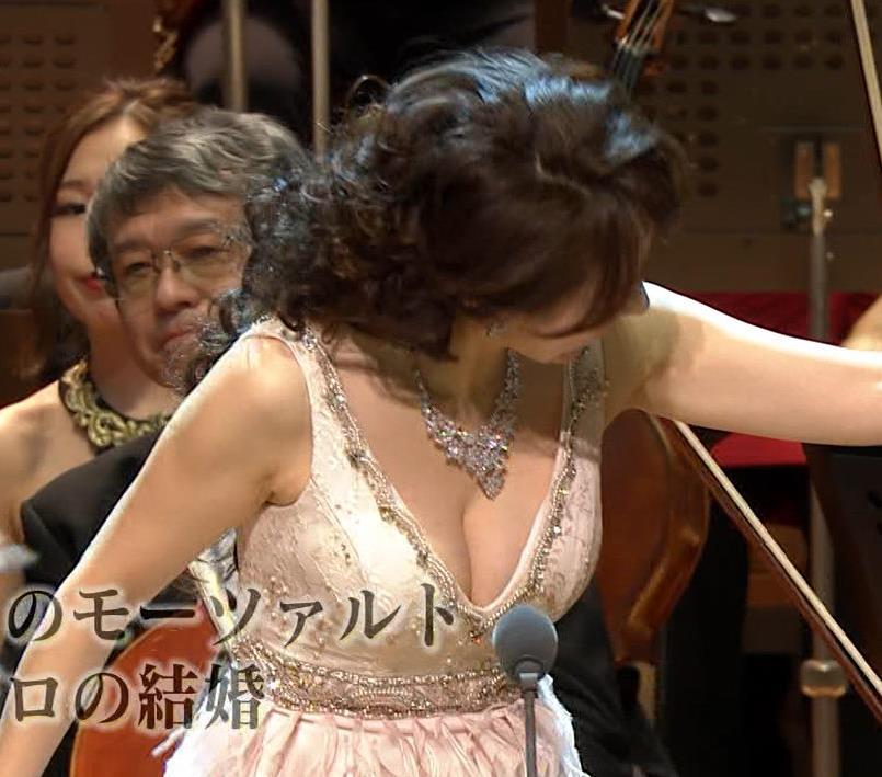 森麻季 おっぱい露出しすぎドレスキャプ・エロ画像9