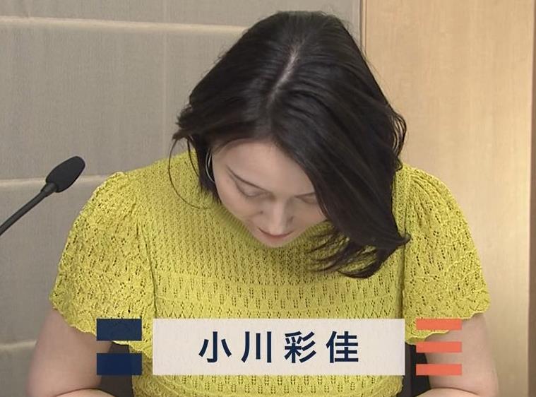 小川彩佳アナ エッチな胸のふくらみキャプ・エロ画像