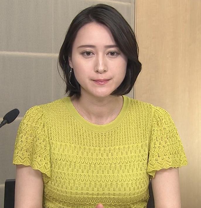 小川彩佳アナ エッチな胸のふくらみキャプ・エロ画像2
