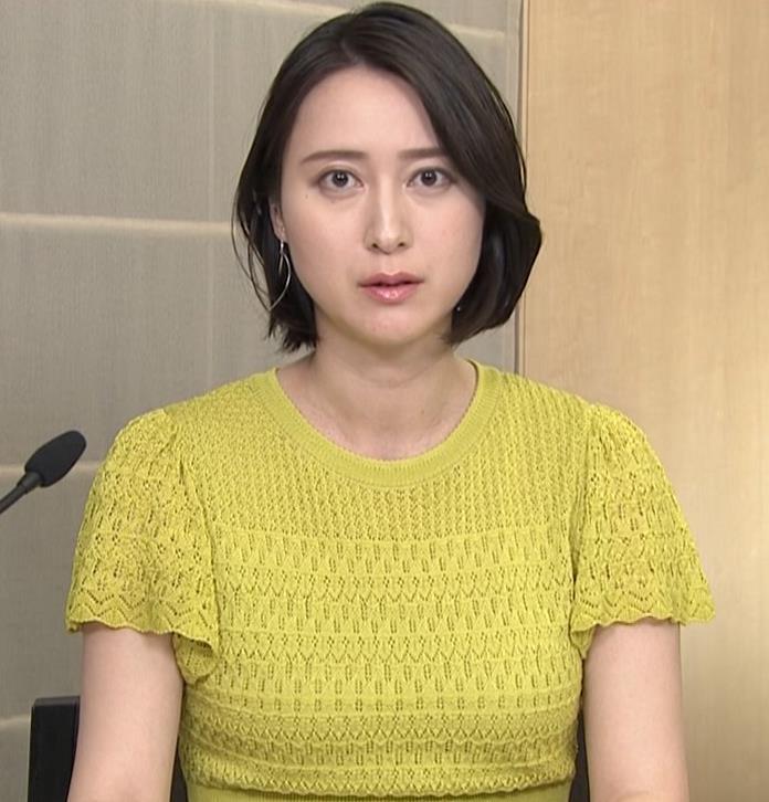 小川彩佳アナ エッチな胸のふくらみキャプ・エロ画像3