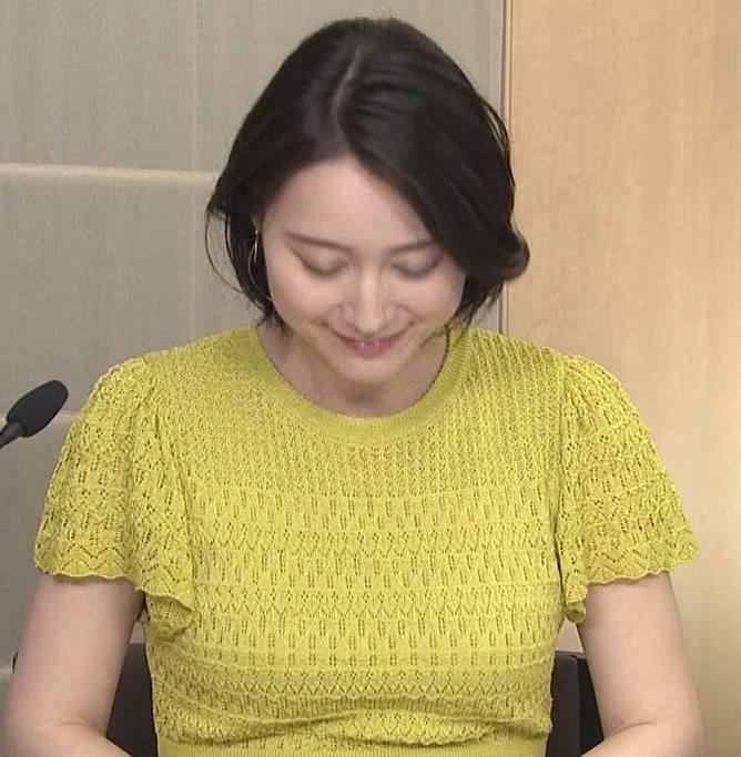 小川彩佳アナ エッチな胸のふくらみキャプ・エロ画像5