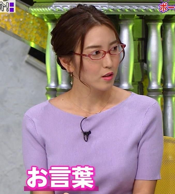 小澤陽子アナ 机の下の脚キャプ・エロ画像3