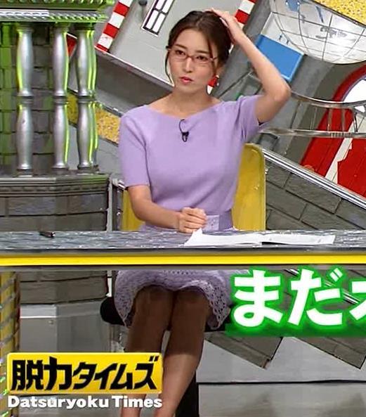 小澤陽子アナ 机の下の脚キャプ・エロ画像4