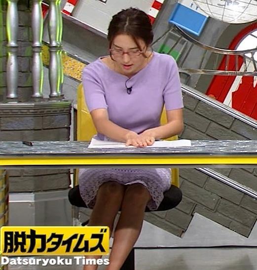 小澤陽子アナ 机の下の脚キャプ・エロ画像5
