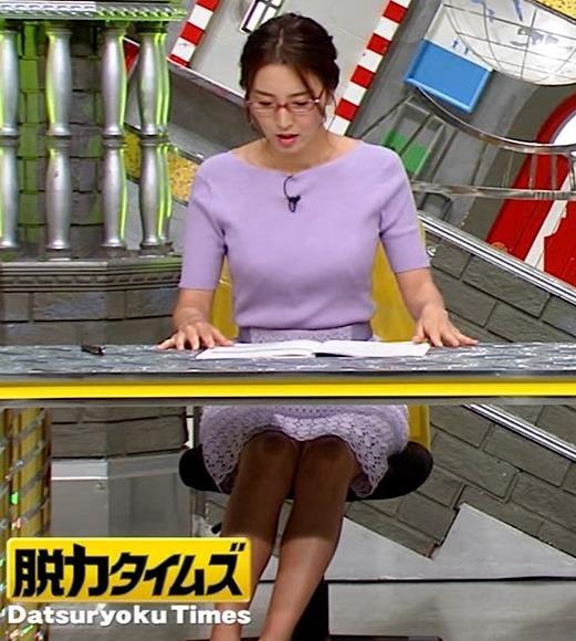 小澤陽子アナ 机の下の脚キャプ・エロ画像6