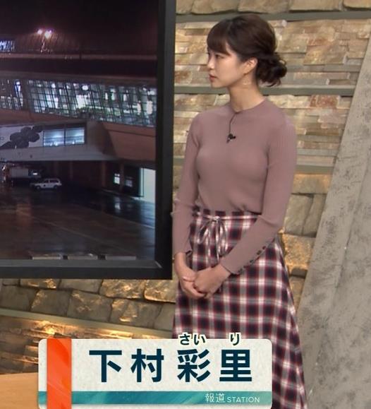 下村彩里アナ ニットおっぱいキャプ・エロ画像2