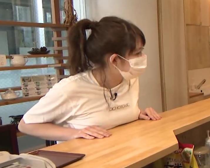 諸國沙代子アナ Tシャツ巨乳を押しつぶすエロキャプ・エロ画像2
