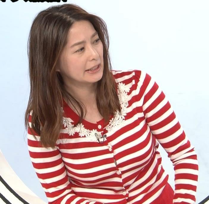 杉浦友紀アナ 巨乳が際立つボーダー柄キャプ・エロ画像
