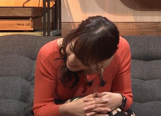 鷲見玲奈アナ ニット爆乳キャプ・エロ画像2
