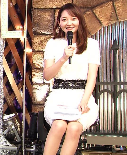 竹﨑由佳アナ スカートで脚を開いてしまうハプニングキャプ・エロ画像