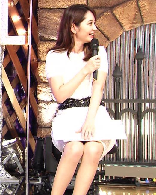 竹﨑由佳アナ スカートで脚を開いてしまうハプニングキャプ・エロ画像3
