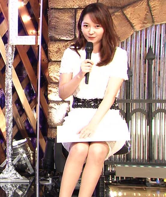 竹﨑由佳アナ スカートで脚を開いてしまうハプニングキャプ・エロ画像4
