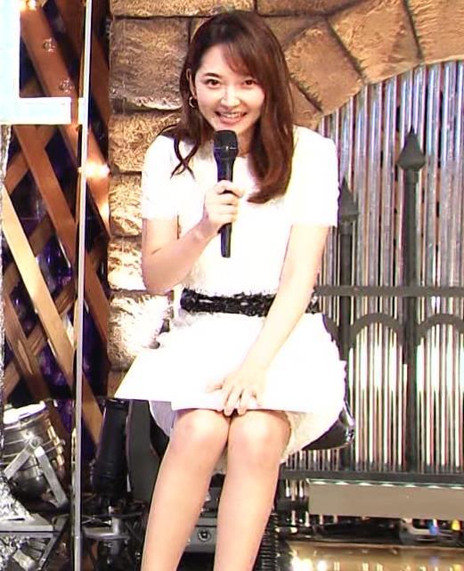 竹﨑由佳アナ スカートで脚を開いてしまうハプニングキャプ・エロ画像5
