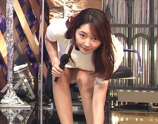 竹﨑由佳アナ スカートで脚を開いてしまうハプニングキャプ・エロ画像6