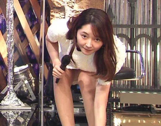 竹﨑由佳アナ スカートで脚を開いてしまうハプニングキャプ画像(エロ・アイコラ画像)
