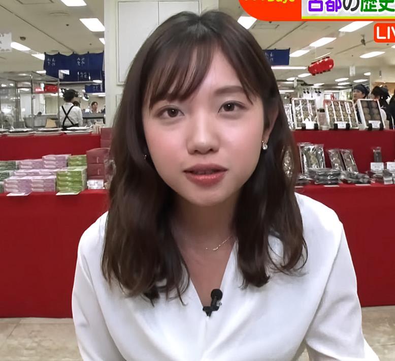 田中瞳アナ 胸の谷間チラ大サービスキャプ・エロ画像