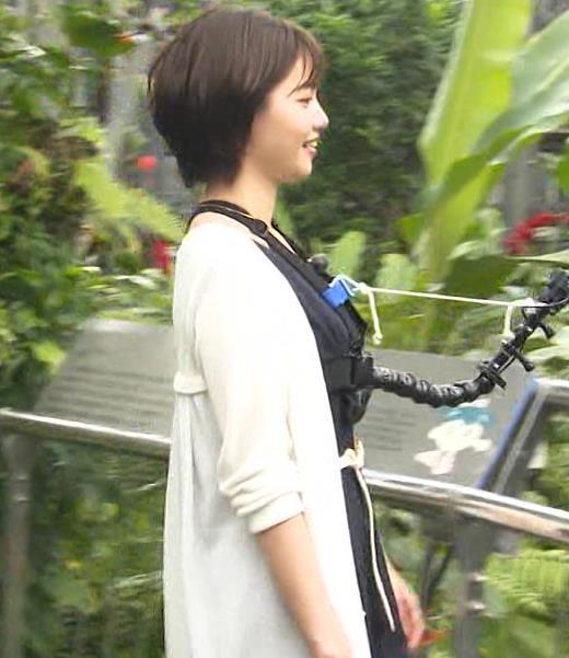 田中瞳アナ 前かがみ胸元チラキャプ・エロ画像