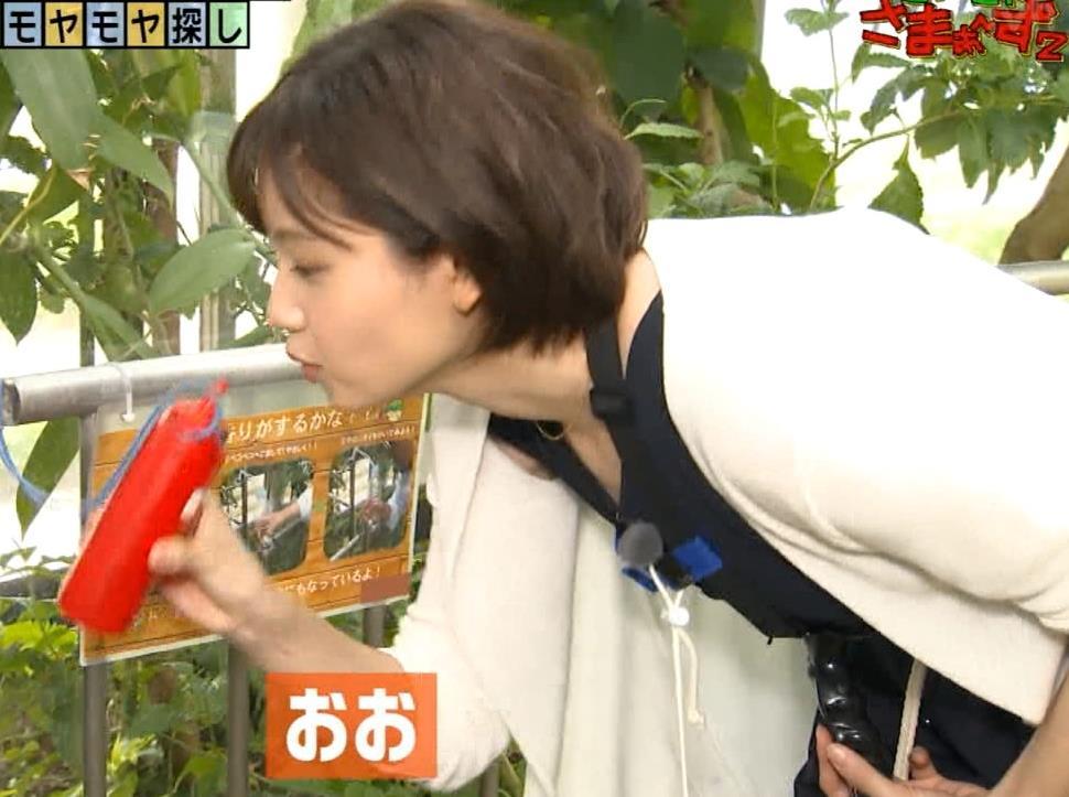 田中瞳アナ 前かがみ胸元チラキャプ・エロ画像2
