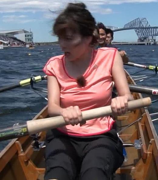宇内梨沙アナ ボート漕ぎ胸チラキャプ画像(エロ・アイコラ画像)