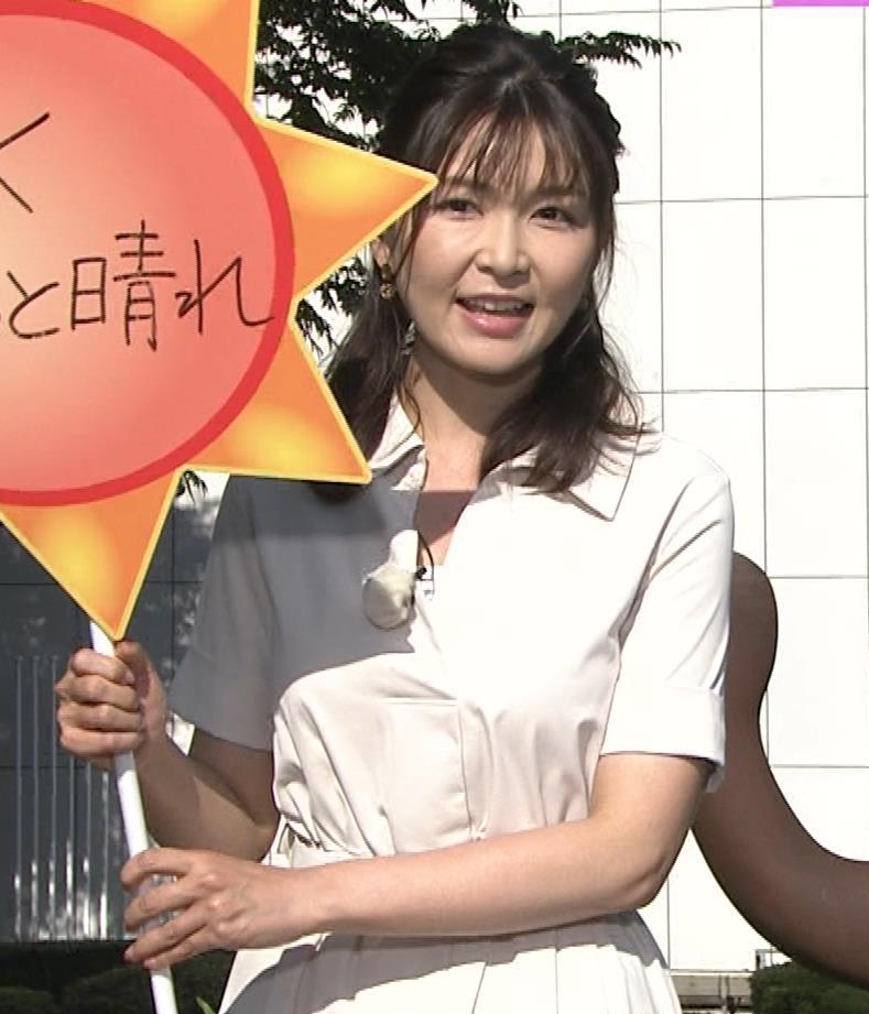 山神明理 パツパツ衣装で胸元チラキャプ・エロ画像3
