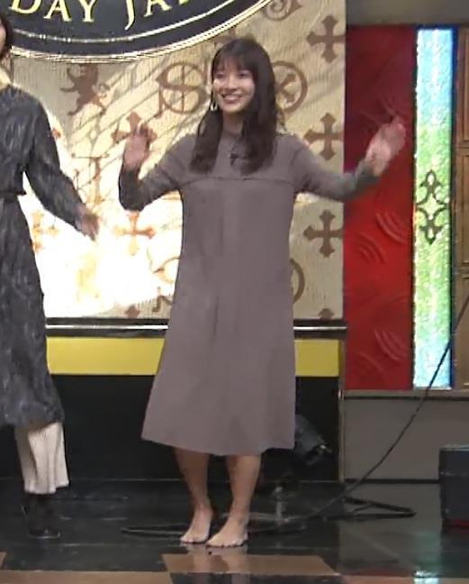 山本里菜アナ スカートがめくれるハプニングキャプ・エロ画像