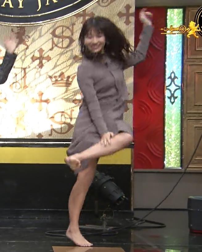 山本里菜アナ スカートがめくれるハプニングキャプ・エロ画像3