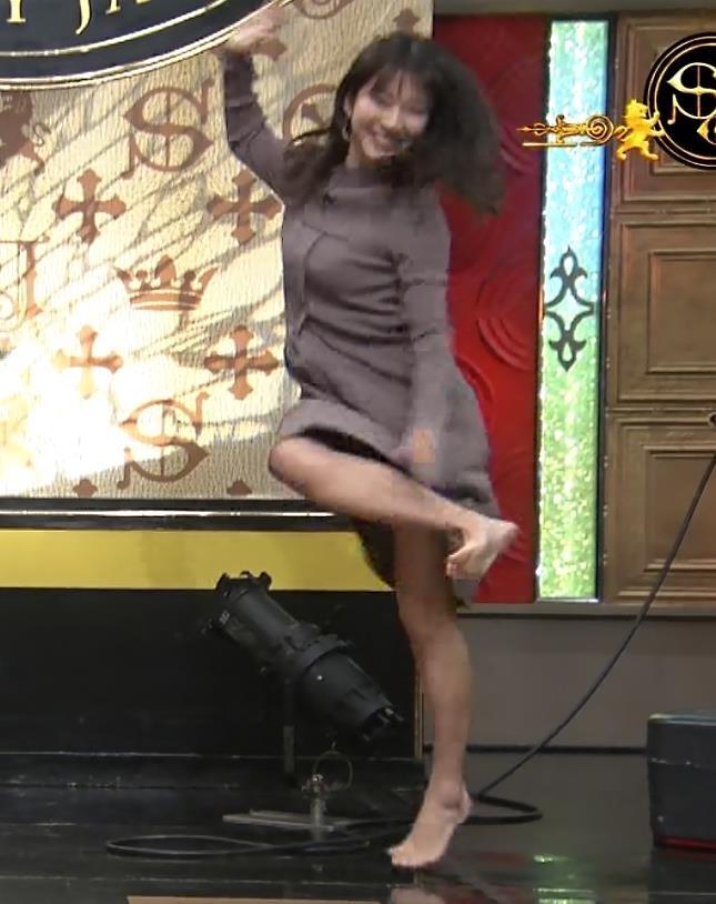 山本里菜アナ スカートがめくれるハプニングキャプ・エロ画像4
