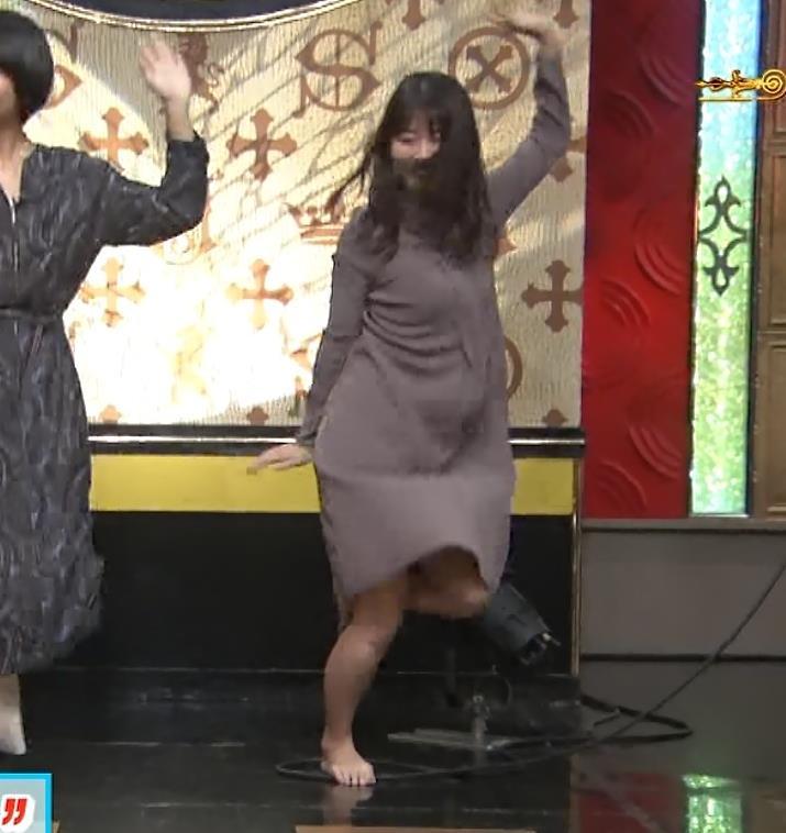 山本里菜アナ スカートがめくれるハプニングキャプ・エロ画像5