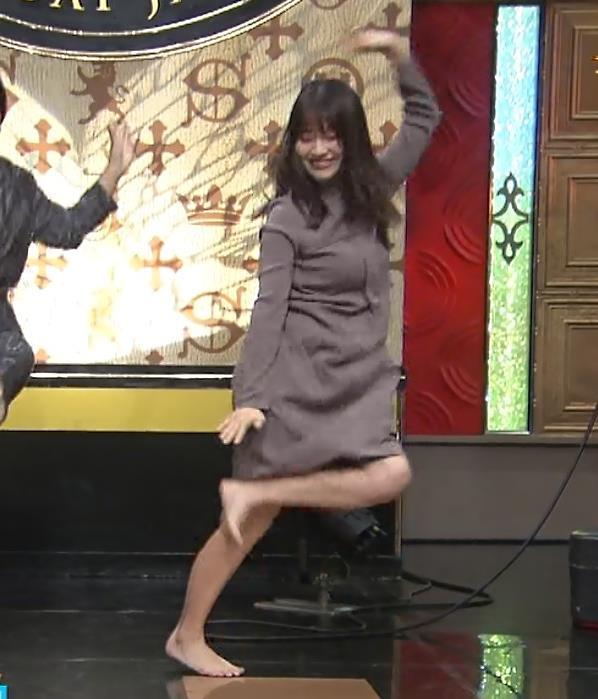 山本里菜アナ スカートがめくれるハプニングキャプ・エロ画像9