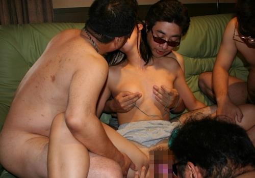 複数の男たちに犯られてる女性の乱交セックス画像 10