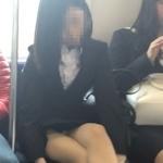 電車の対面に座ってる女性のパンチラ画像特集