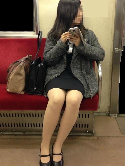 電車の対面に座ってる女性のパンチラ画像 9