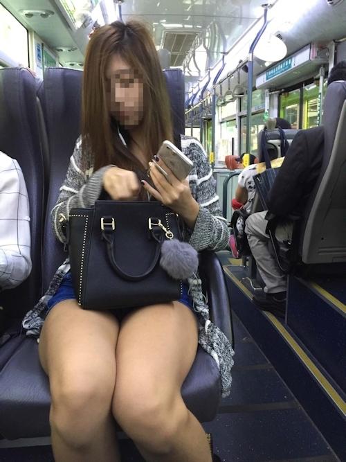 電車の対面に座ってる女性のパンチラ画像 10