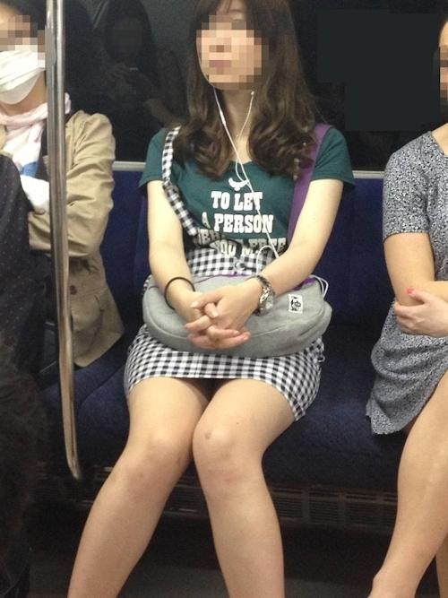 電車の対面に座ってる女性のパンチラ画像 11