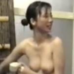 露天風呂で盗撮された?美乳な素人美女のヌード画像
