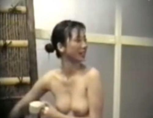 露天風呂で盗撮された?美乳な素人美女のヌード画像 1