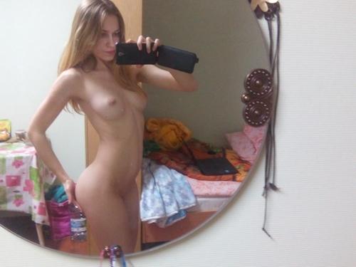 美乳なブロンド素人美女の流出ヌード画像 17
