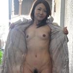 美熟女の野外露出ヌード画像