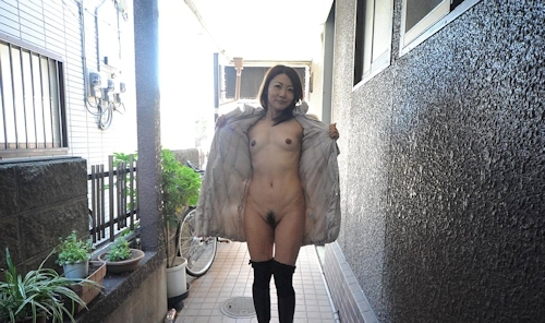 美熟女の野外露出ヌード画像 4
