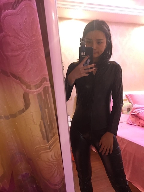 レザースーツ美女の自分撮りおっぱい画像 1