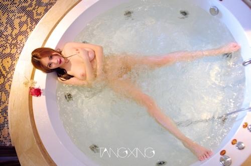 巨乳美女を湯船の水中で撮影したヌード画像 1
