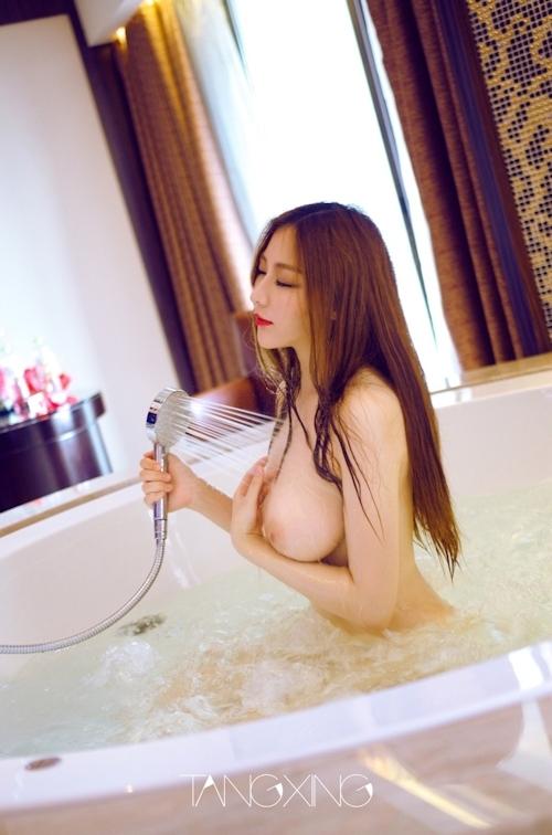 巨乳美女を湯船の水中で撮影したヌード画像 2