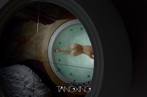 巨乳美女を湯船の水中で撮影したヌード画像 3