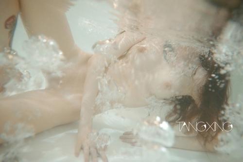 巨乳美女を湯船の水中で撮影したヌード画像 4