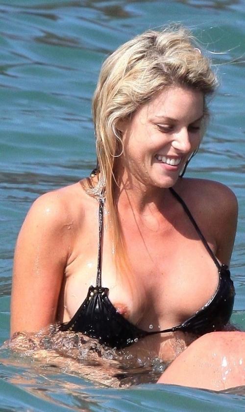 西洋女性の乳首チラ見え画像 9