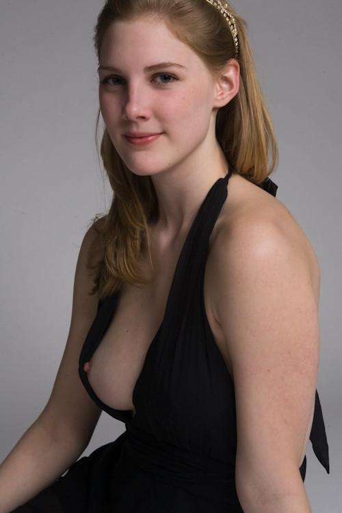 西洋女性の乳首チラ見え画像 20