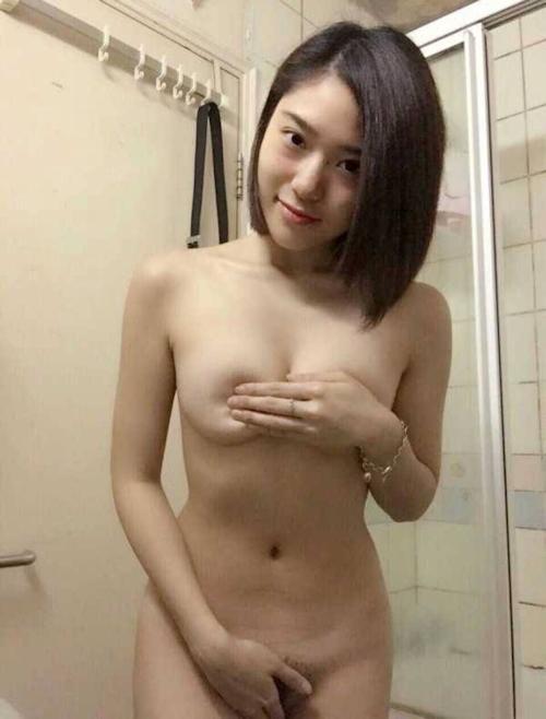 陰毛の濃い素人美女の自分撮りヌード画像 2