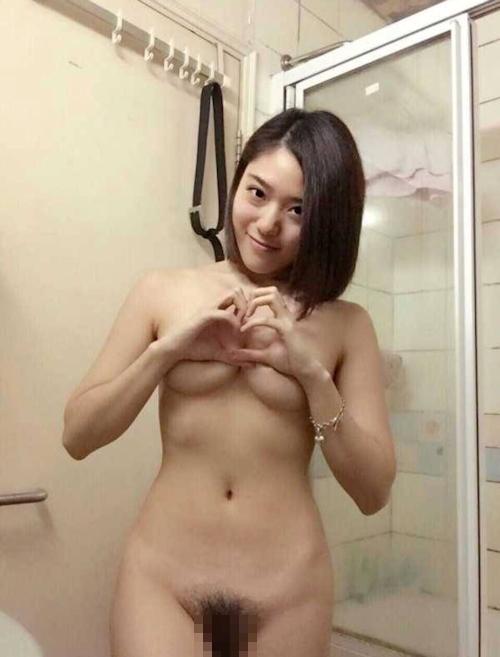 陰毛の濃い素人美女の自分撮りヌード画像 3