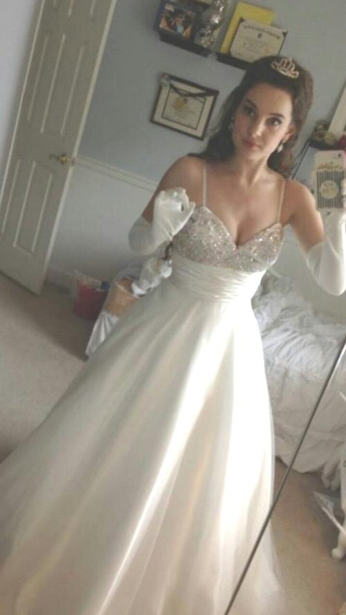 ウェディングドレスを着た西洋素人美女の自分撮りヌード画像 1