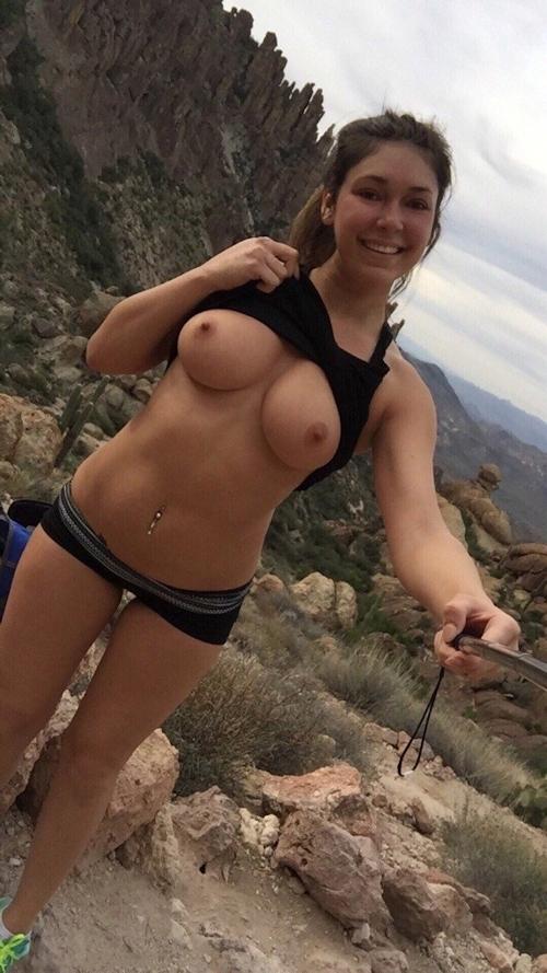 ハイキングしながらおっぱいを自分撮りする西洋美女の画像 5